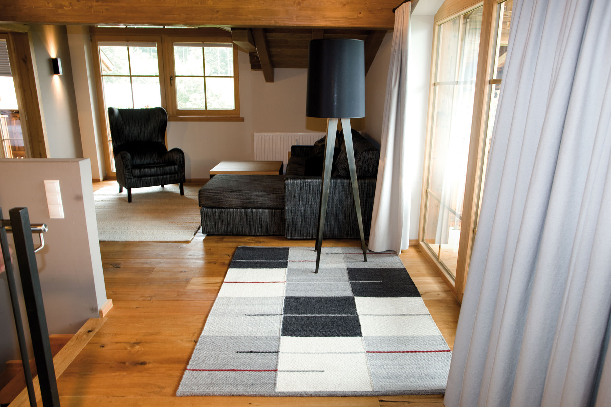 Wohnraum mit modernem Schafwollteppich